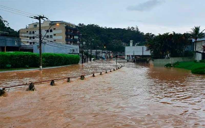 Temporal provoca deslizamentos de terra e inundações em Petrópolis