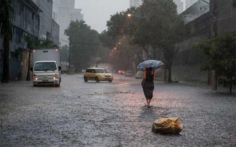 Chuva causa alagamentos, desabamentos e transbordamento de rio em São Paulo
