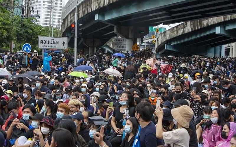 Manifestantes desafiam proibição e protestam nas ruas de Bangcoc