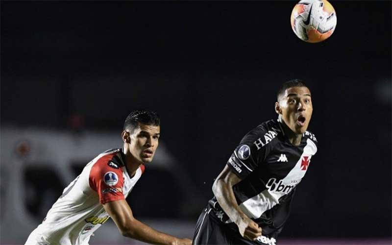 Vasco perde pênalti, mas bate Caracas no fim pela Sul-Americana