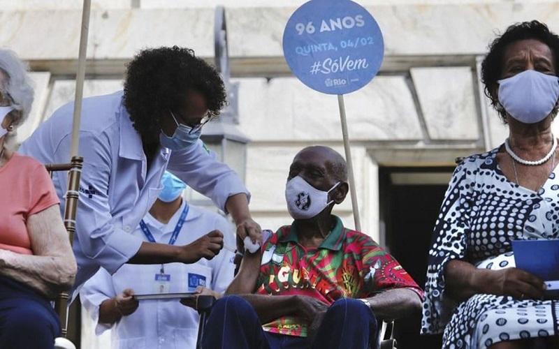 Rio começa imunizar idosos contra a covid-19