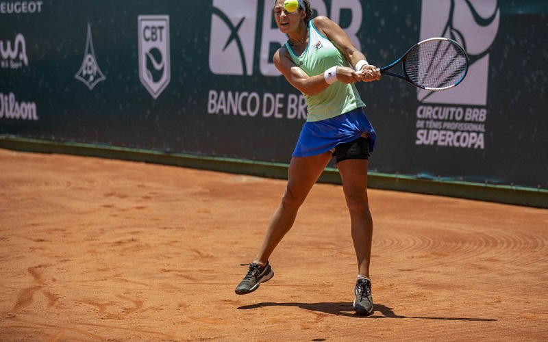 Carol Meligeni derrota favorita e está nas quartas na África do Sul