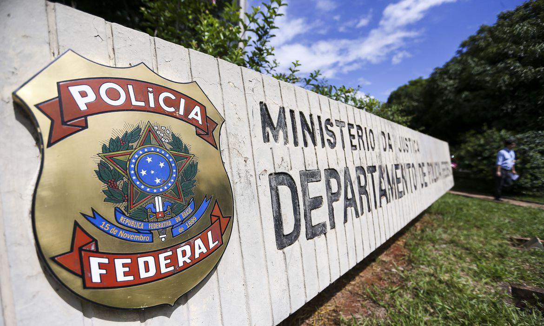 PF faz operação contra fraudes em contratos na UFRJ